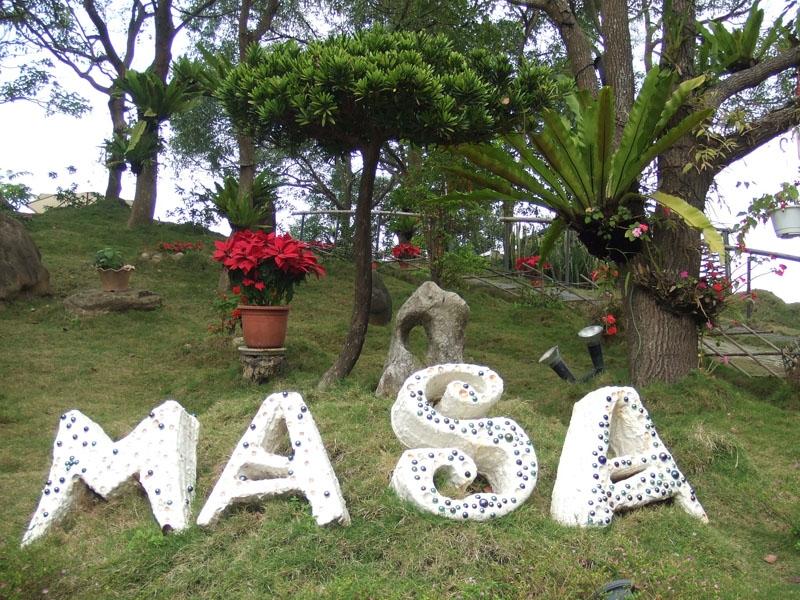 瑪莎園樸拙可愛的石頭招牌,就直接放在草地上